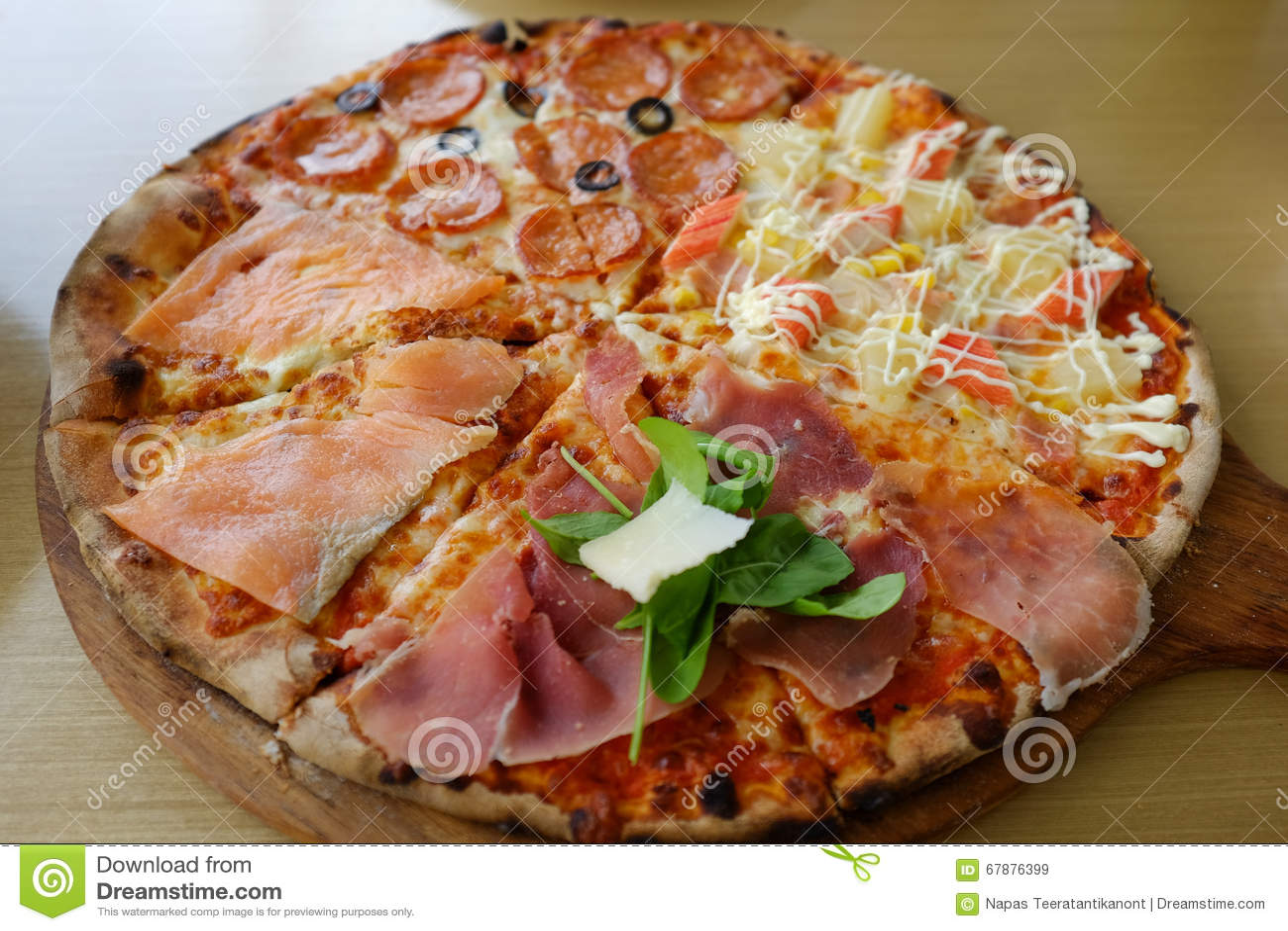 Традиционная древесина горя итальянскую пиццу