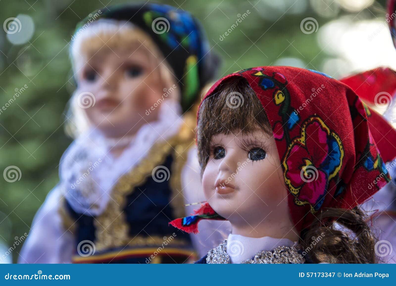 Традиционная румынская керамическая кукла стороны