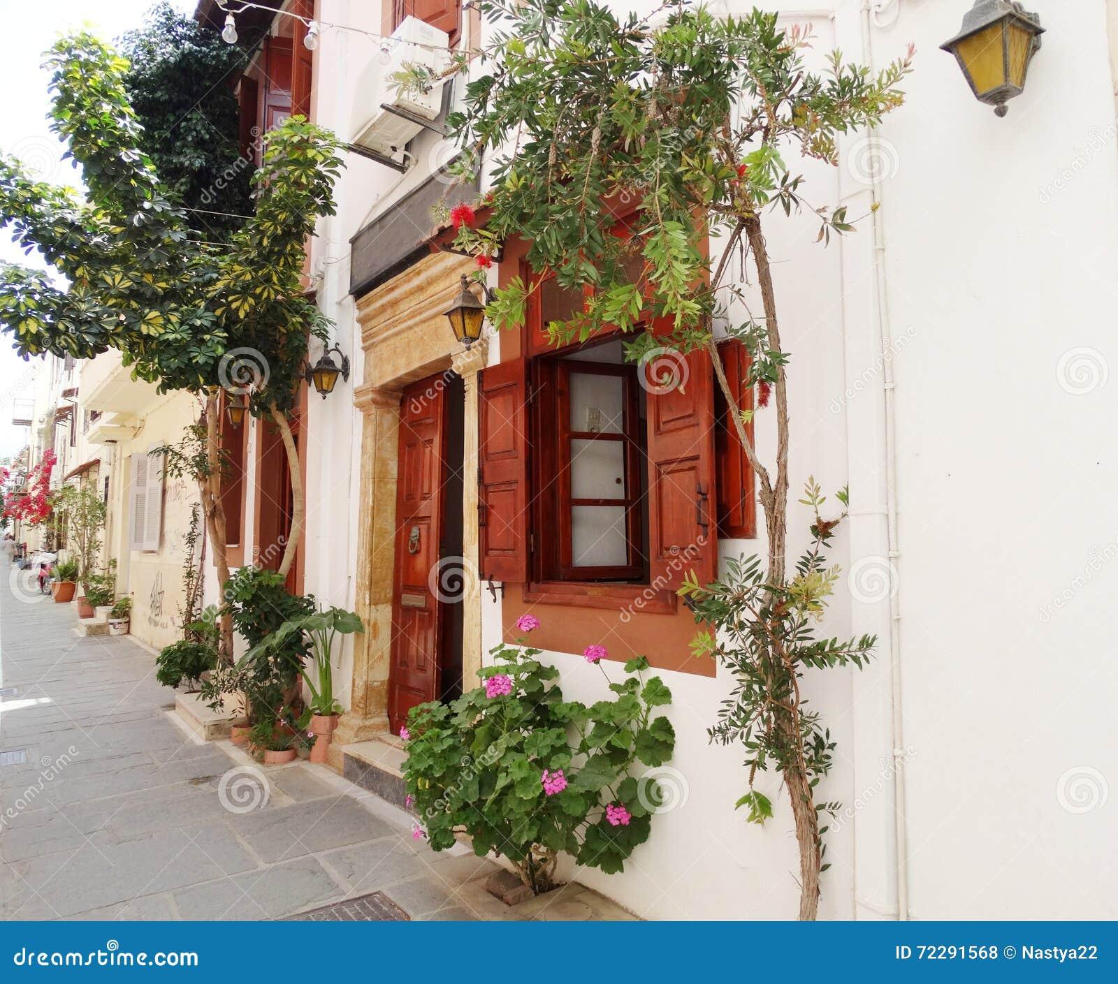 Download Традиционная улица среди Bougainvillaea в городе Греции Rethymno Стоковое Фото - изображение насчитывающей флора, landmark: 72291568