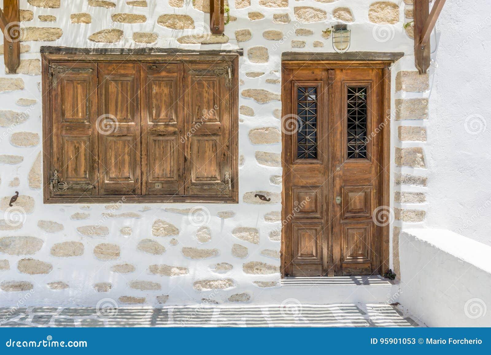 Традиционные деревянные дверь и окно в островах Кикладов греческо