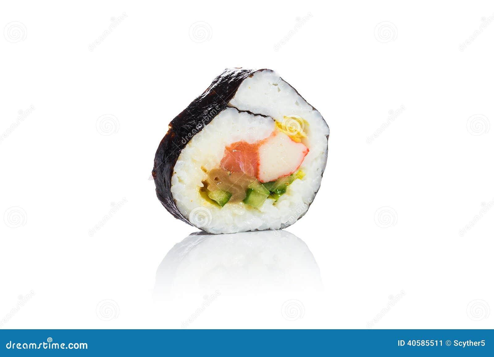 Традиционные свежие японские суши на белой предпосылке