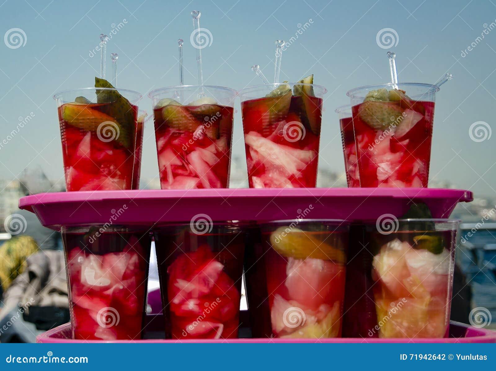 Традиционные турецкие соленья различных фруктов и овощей