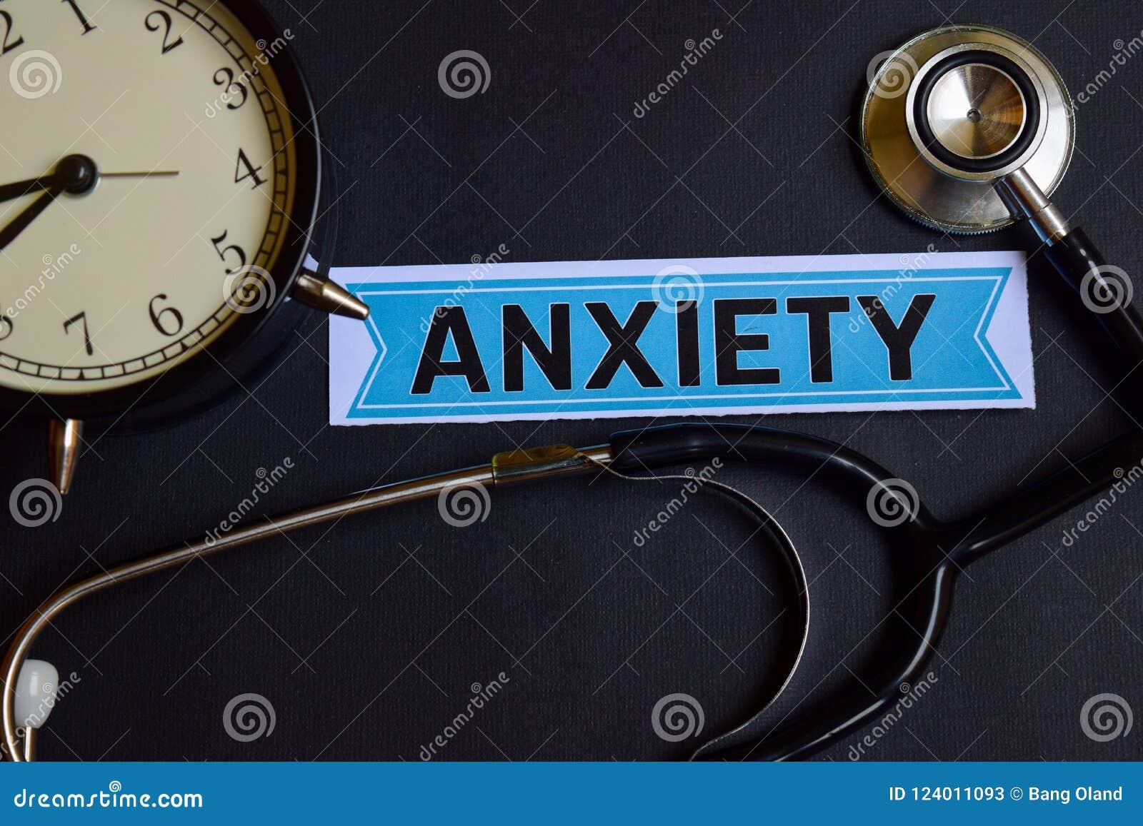 Тревожность на бумаге с воодушевленностью концепции здравоохранения будильник, черный стетоскоп