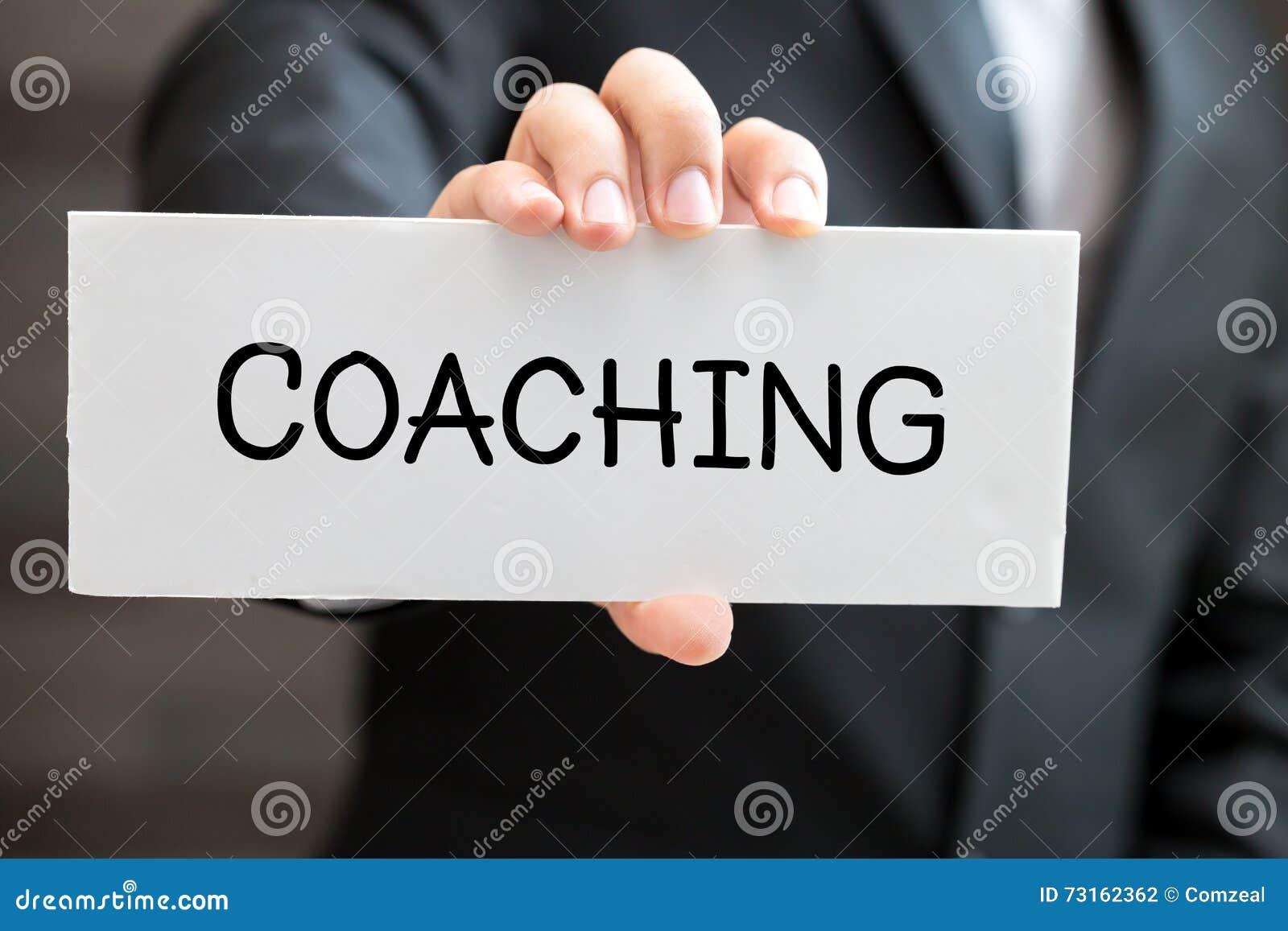 Тренировать, сообщение на белой карточке и владение бизнесменом
