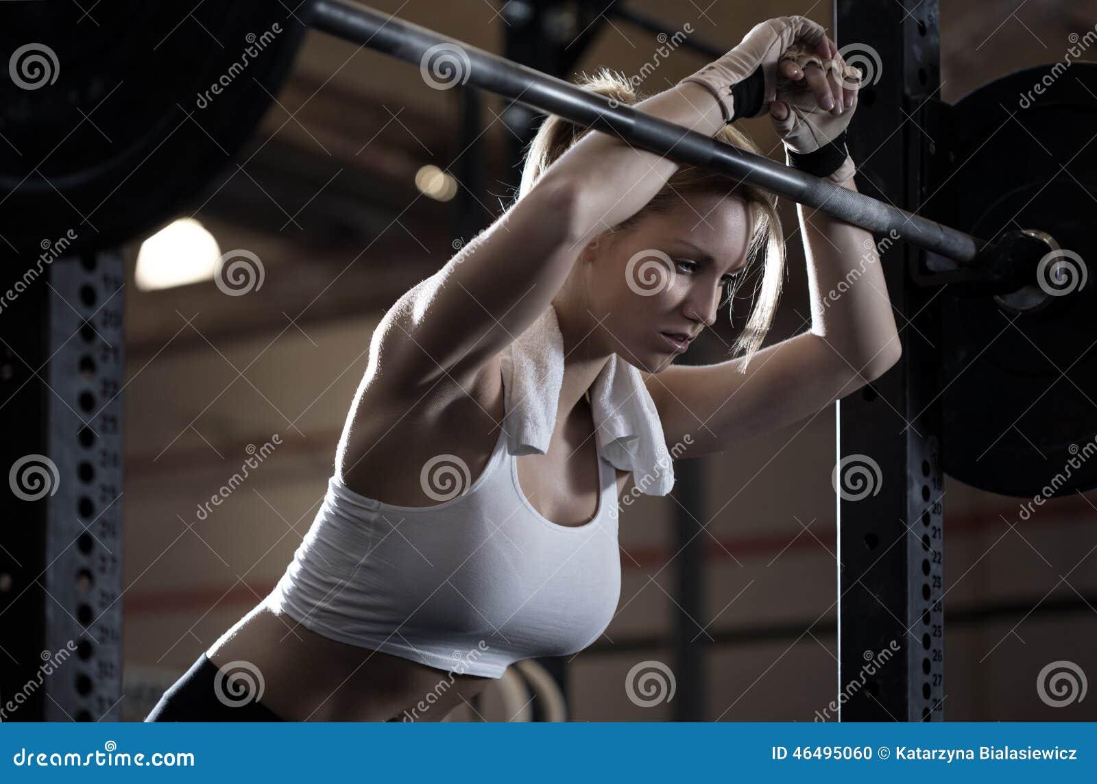 Тренировка женщины в центре crossfit