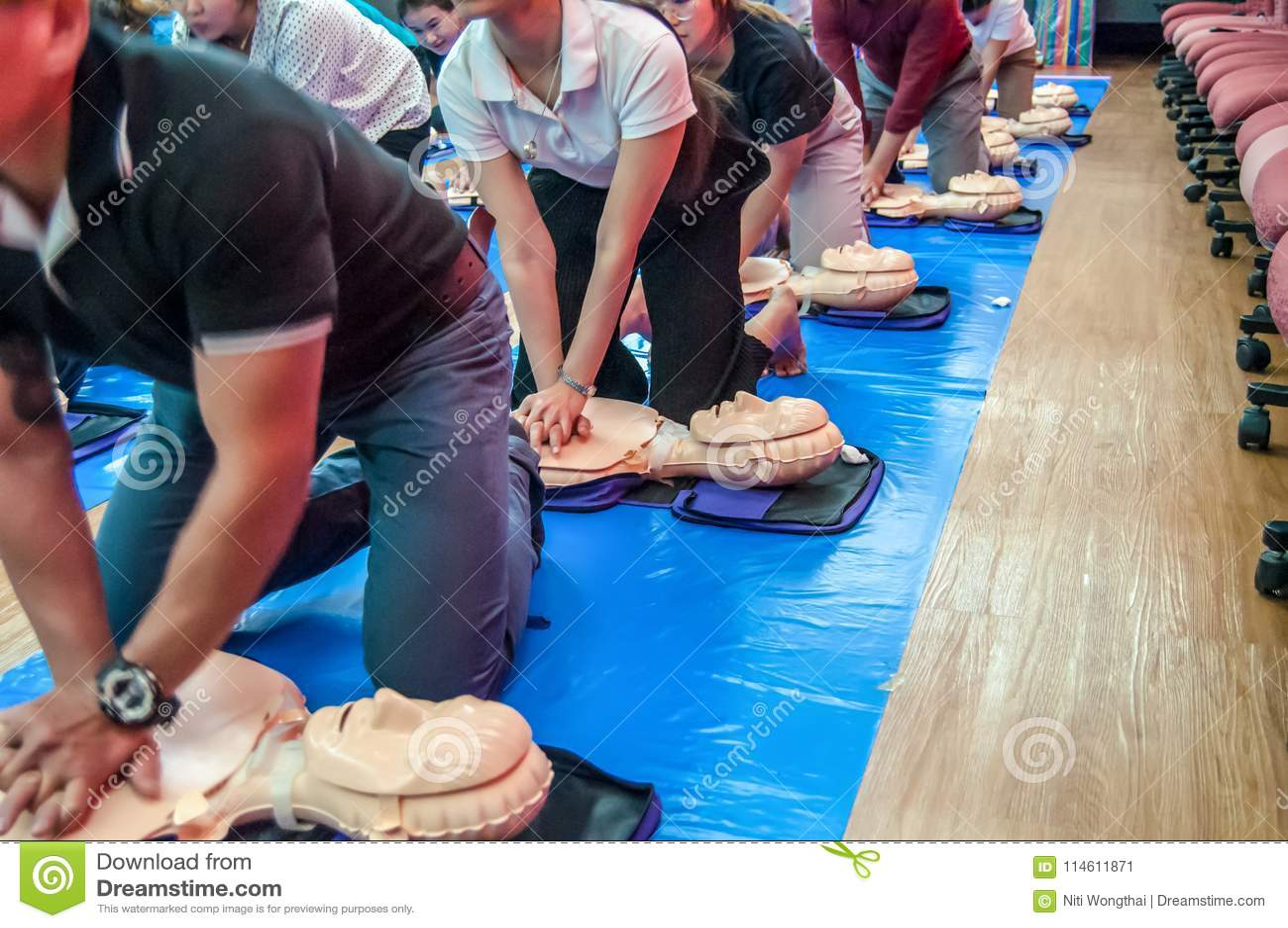 Тренировка основных реаниматологии искусственного жизнеобеспечения и CPR knowled