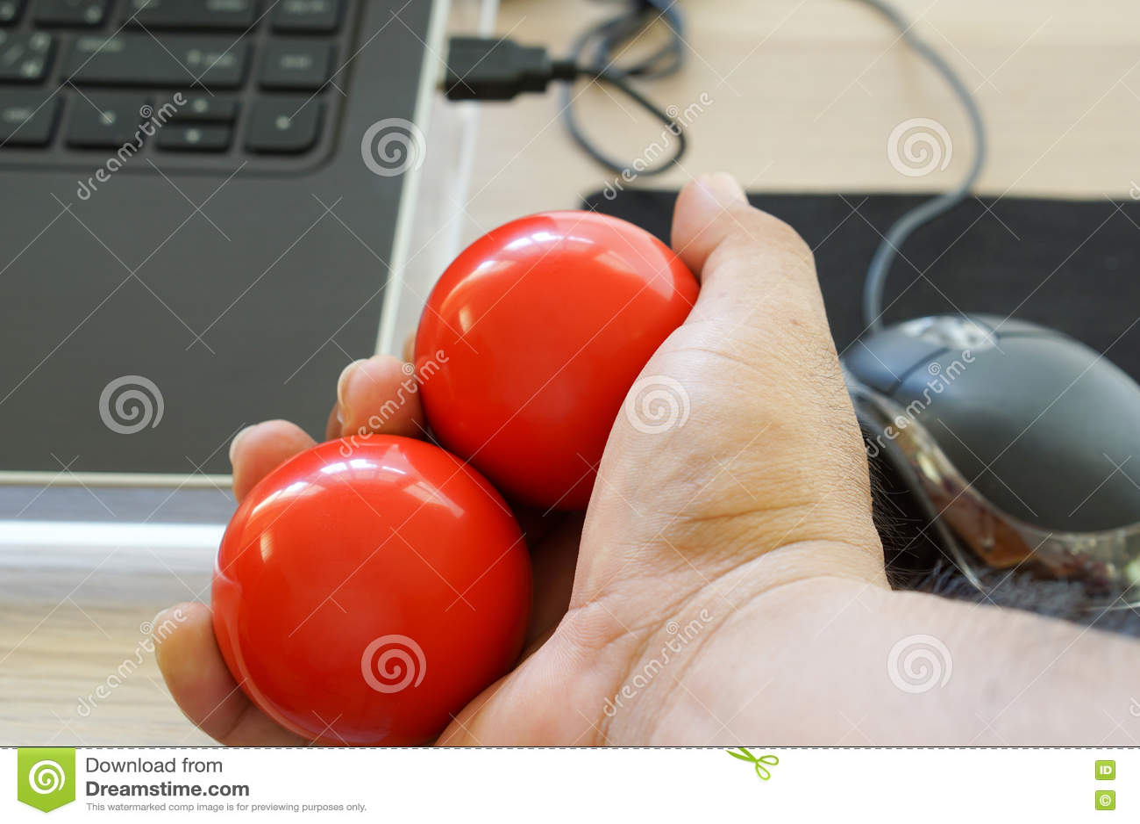 Download Тренировка руки с шариками стоковое изображение. изображение насчитывающей тренировка - 72295029