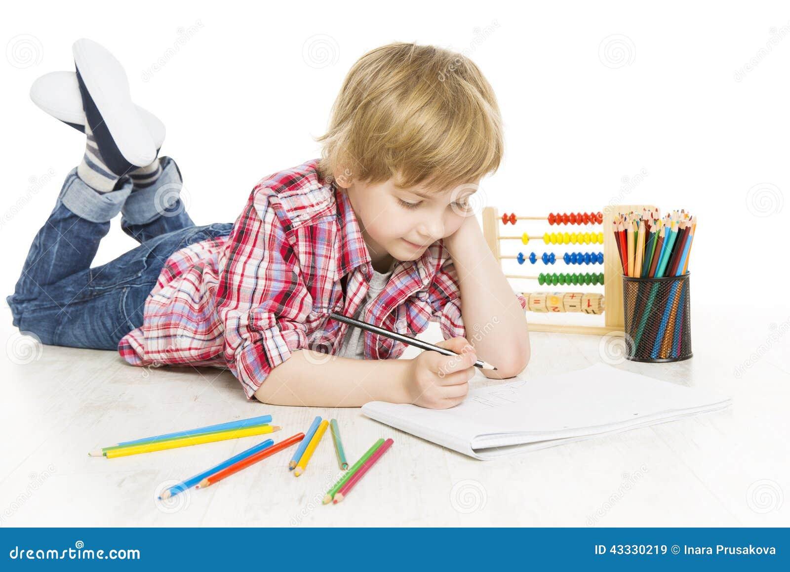 Тренировка сочинительства школьника в тетради Школьник делает домашнюю работу