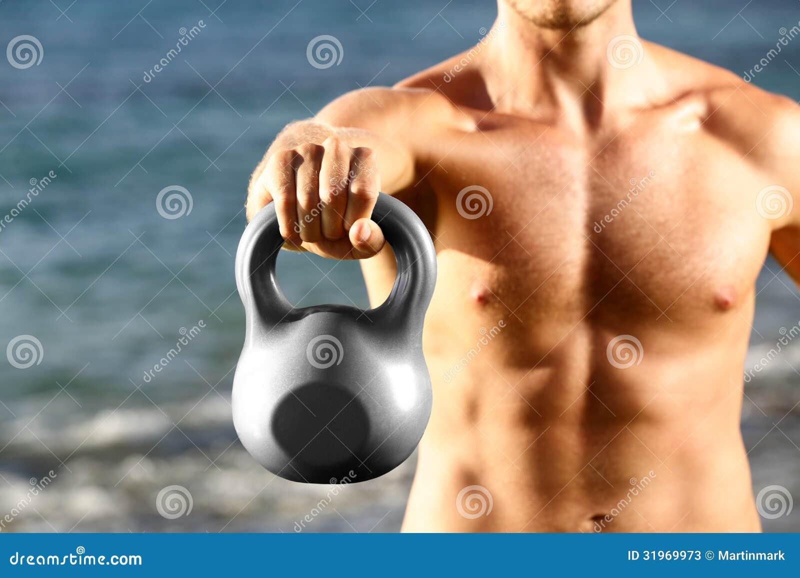 Тренировка человека фитнеса Crossfit с kettlebell