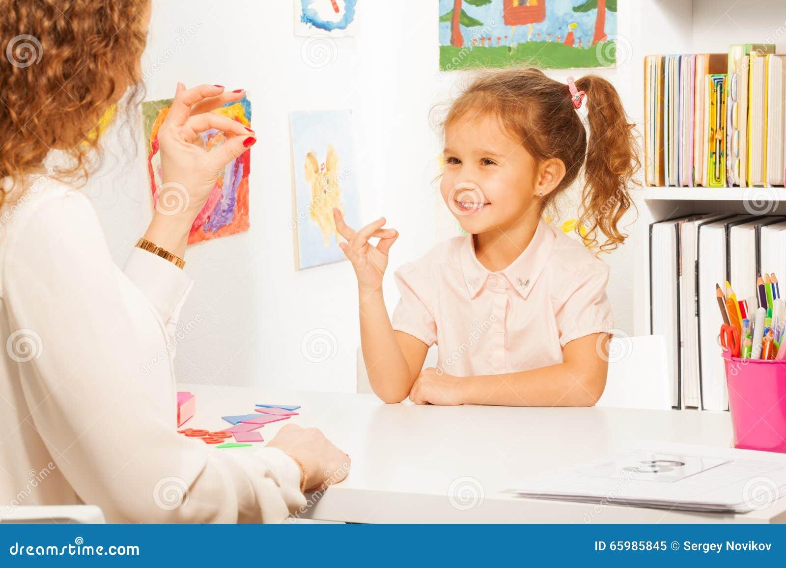 Тренировки зрачка кладя пальцы как ее учитель
