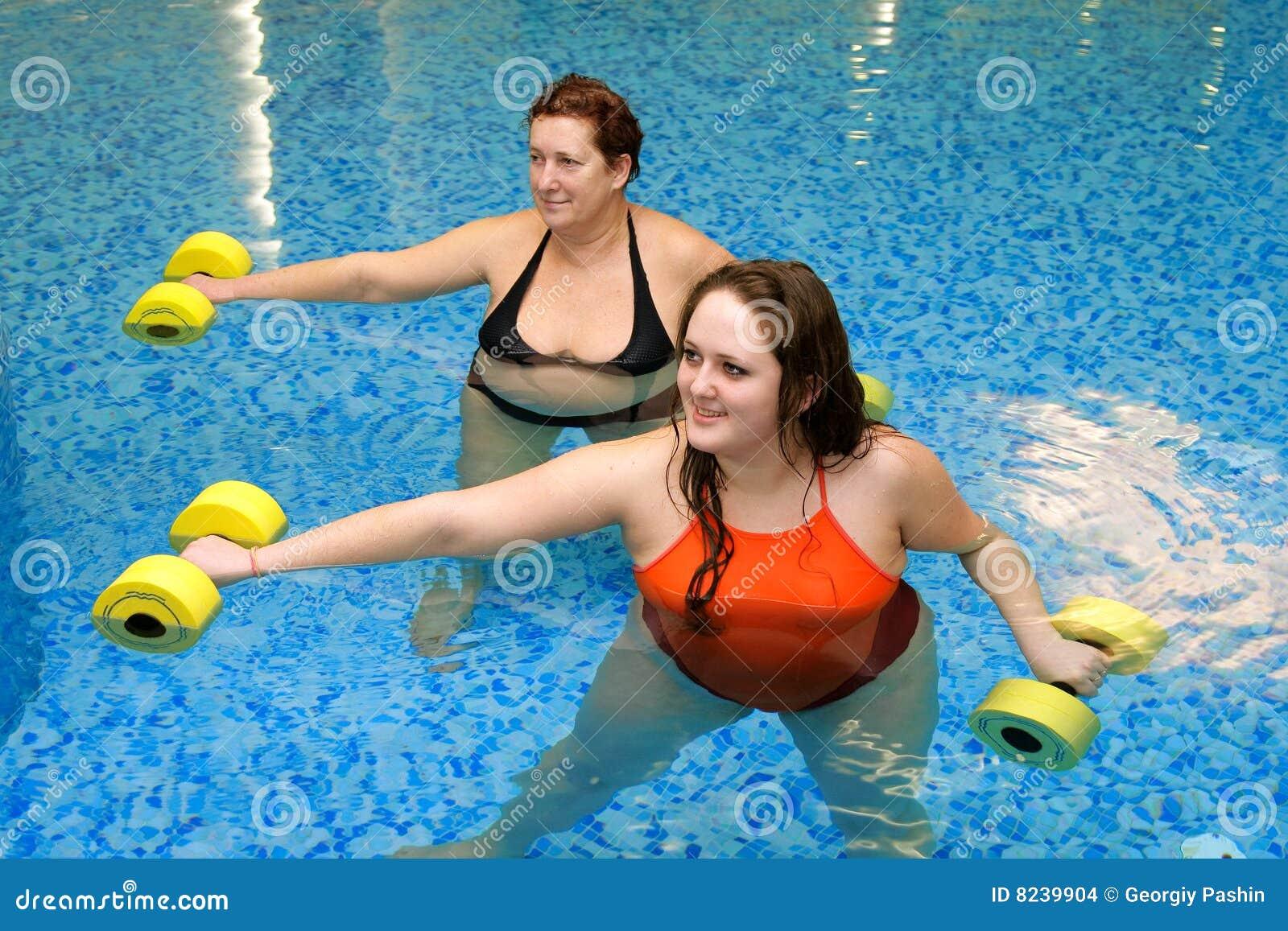 тренируя женщина 2 вод