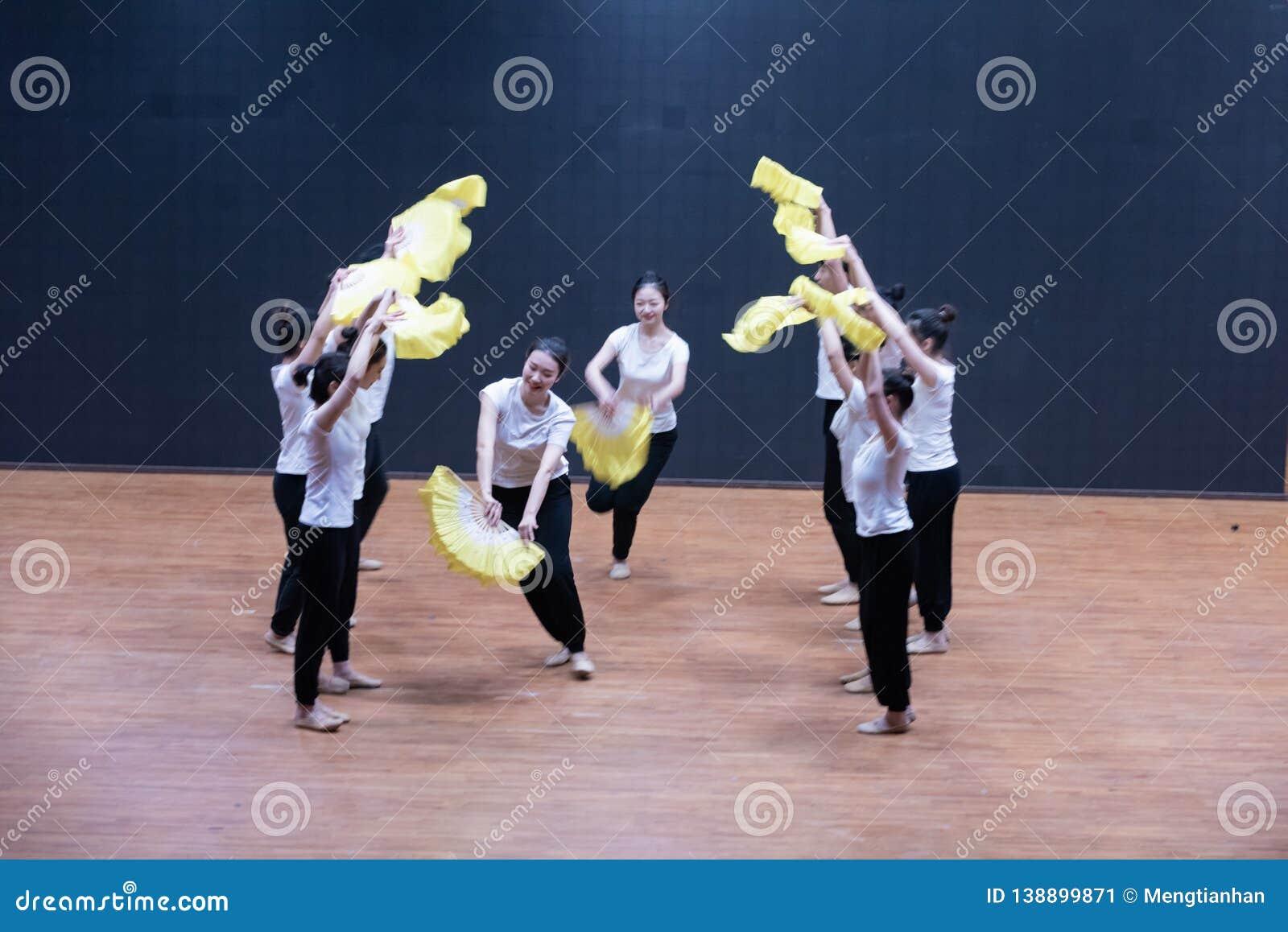 Тренируя одежды дуют танец рудоразборки 2-Tea - уча репетицию на уровне отдела танца