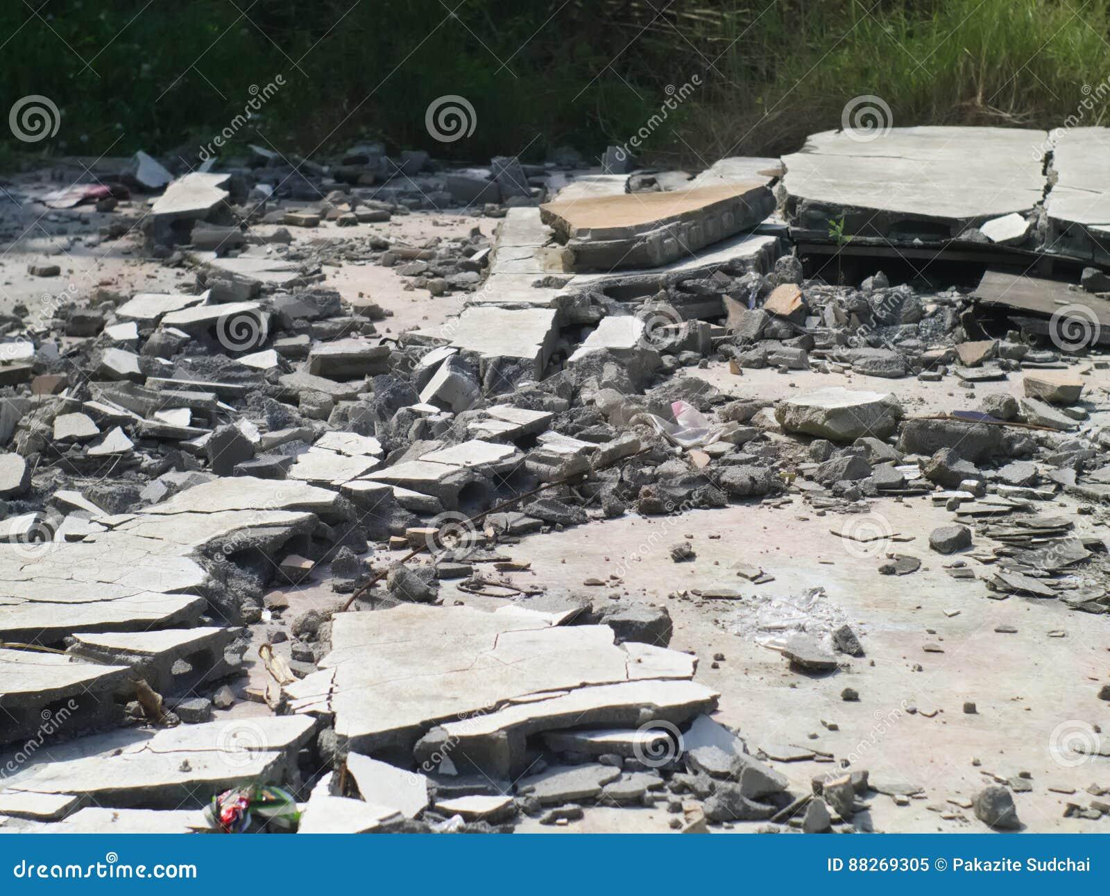 разломанный бетон