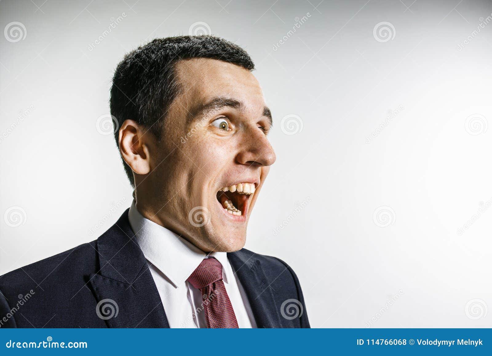 Трехчетвертной портрет бизнесмена с удивленной и усмехнутой стороной Уверенно профессионал с взглядом прошивкой внутри