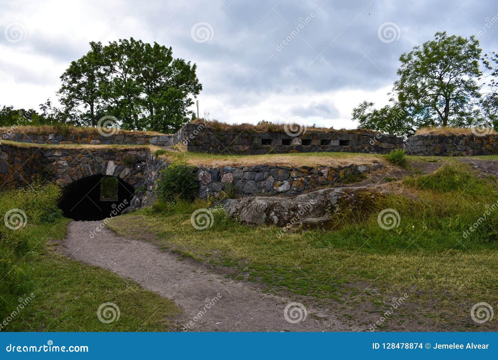 Тропа и тоннель через стены