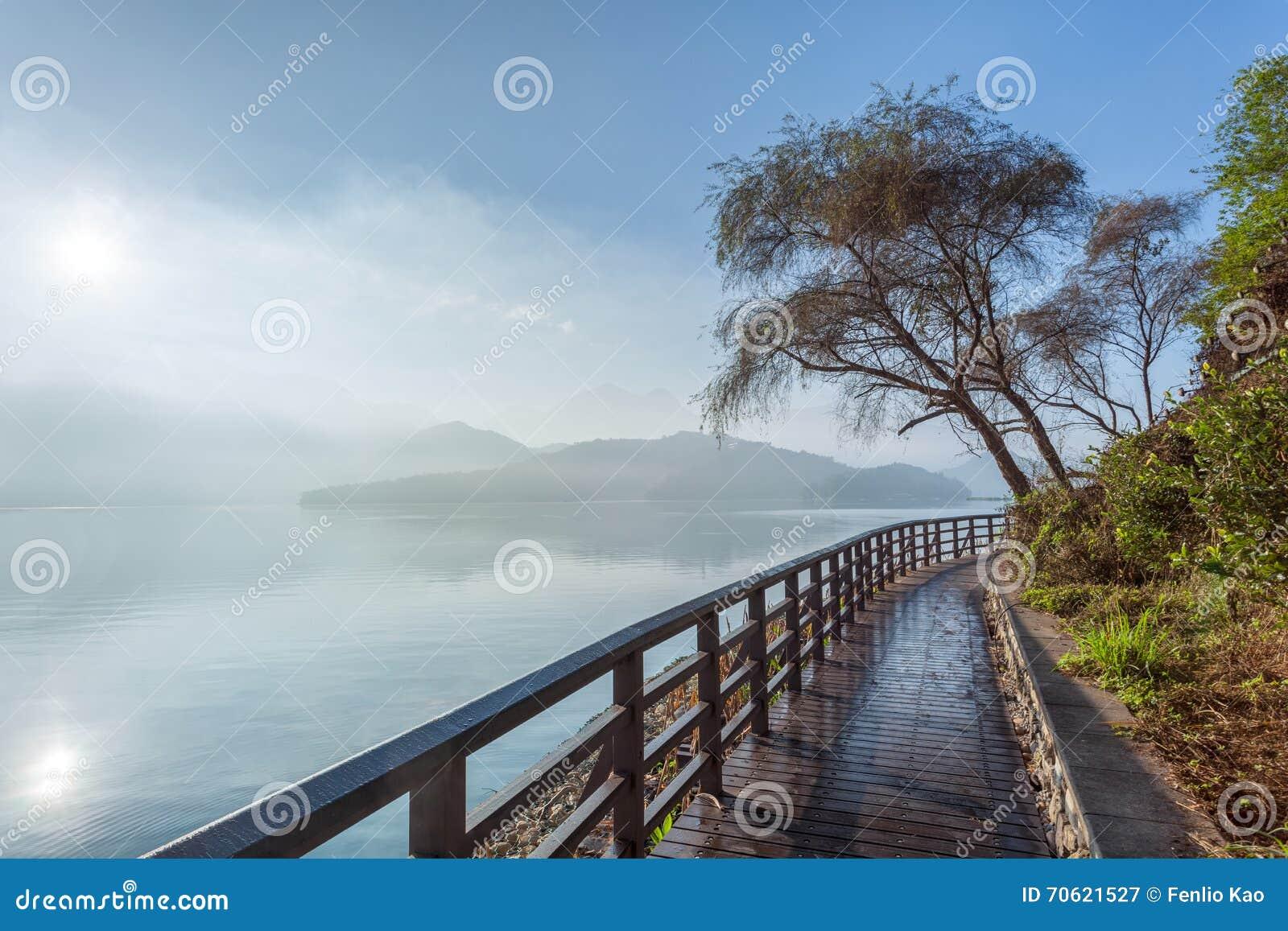 Тропа озера лун Солнця на зоре, Тайвань
