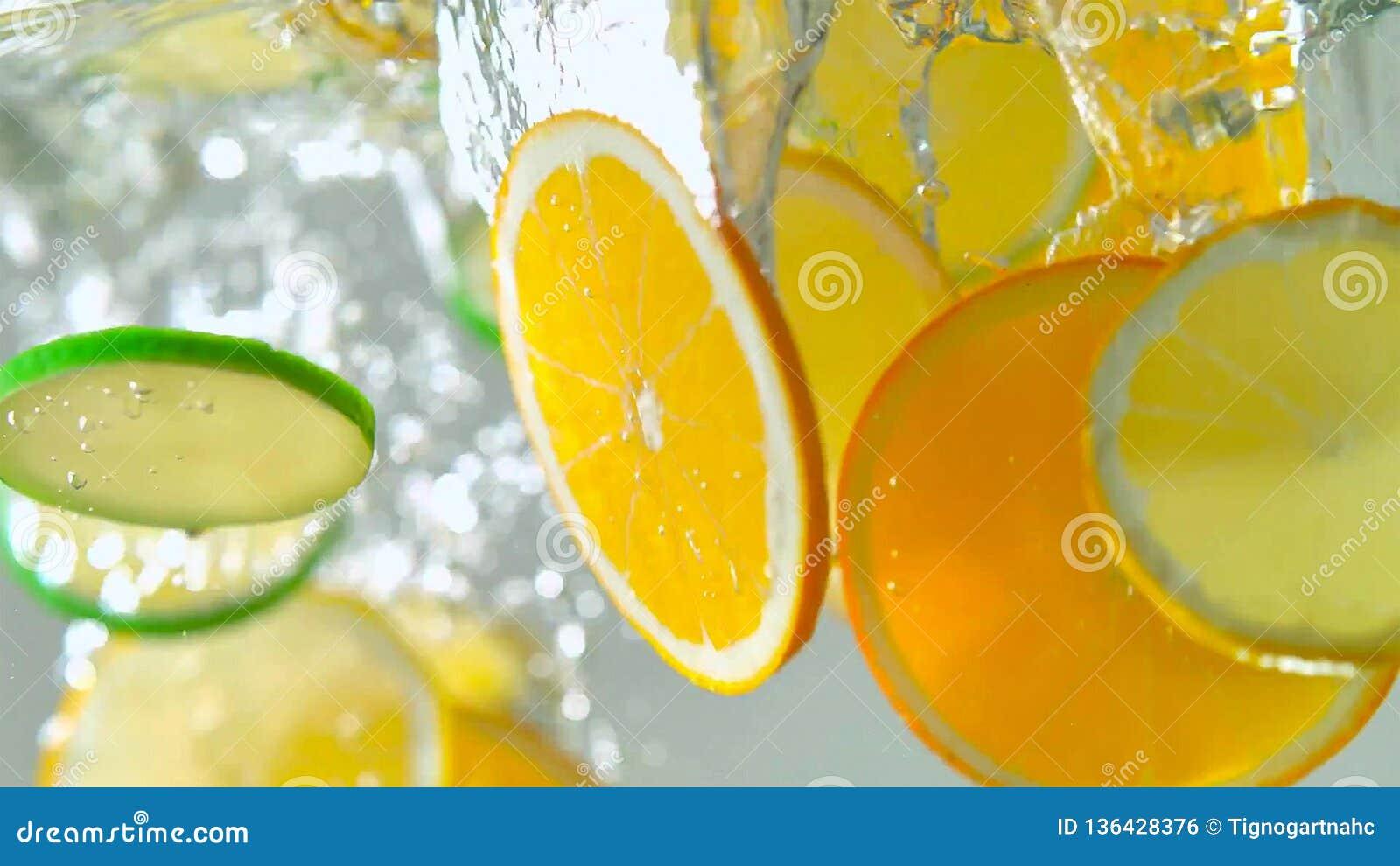 Тропические плоды citurs отрезают падать в воду