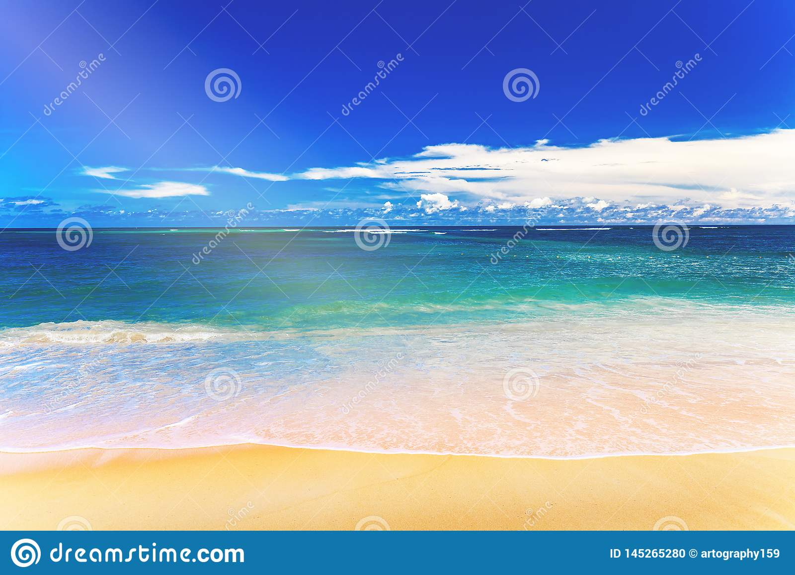 Тропический пляж с белым песком и голубое небо