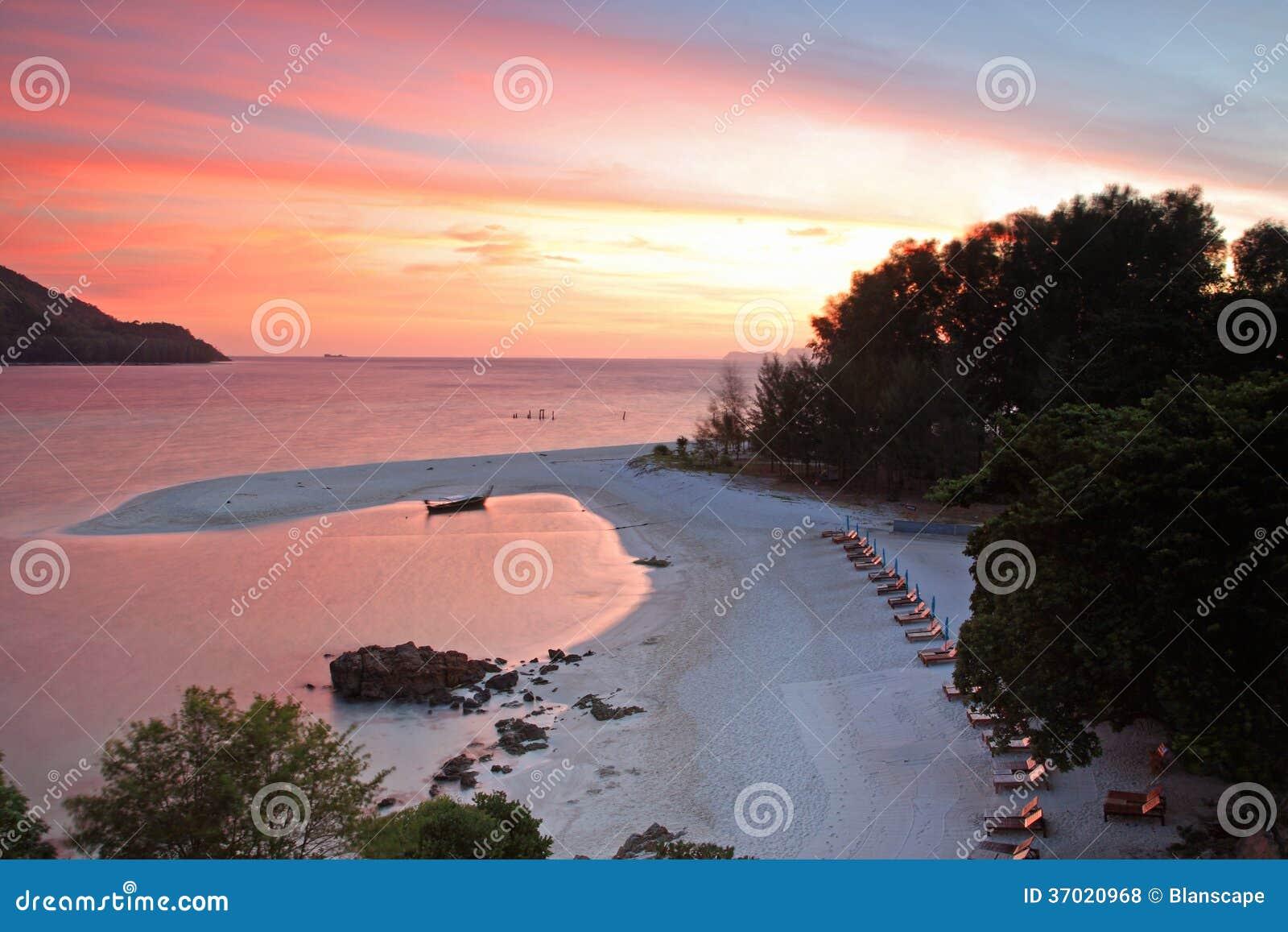 Тропический пляж на розовом twilight небе в Koh Lipe
