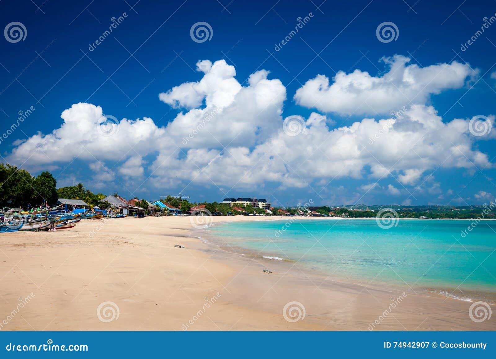 Тропический пляж Jimbaran на солнечном дне bali Индонесия