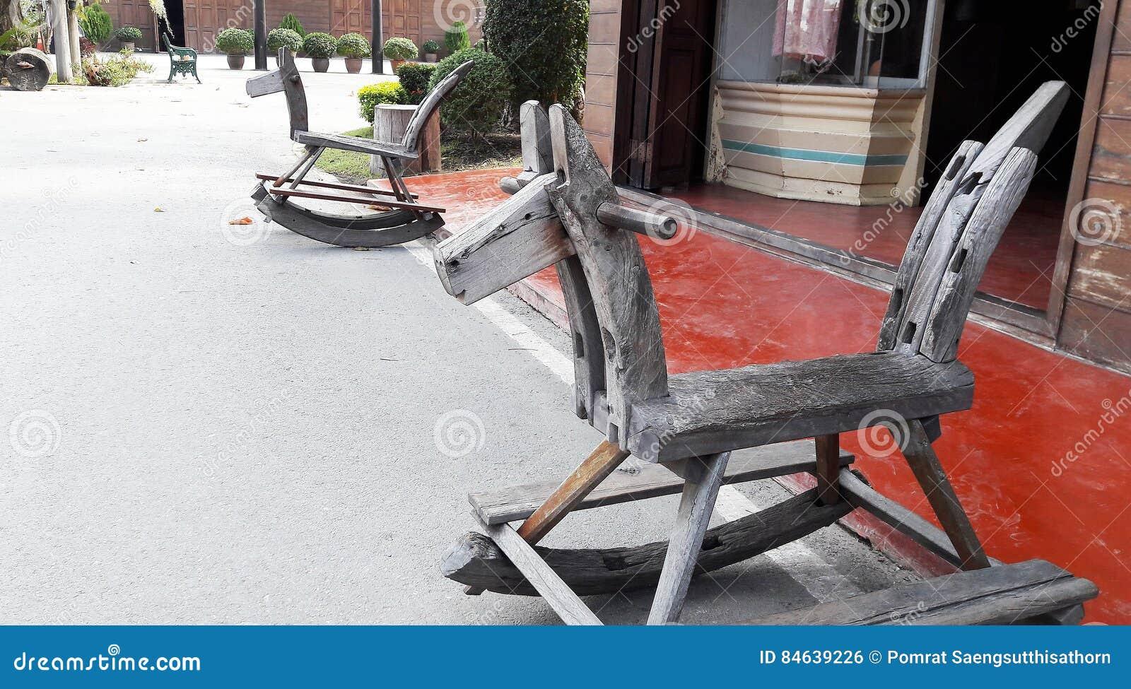 Тряся лошадь сделанная древесиной