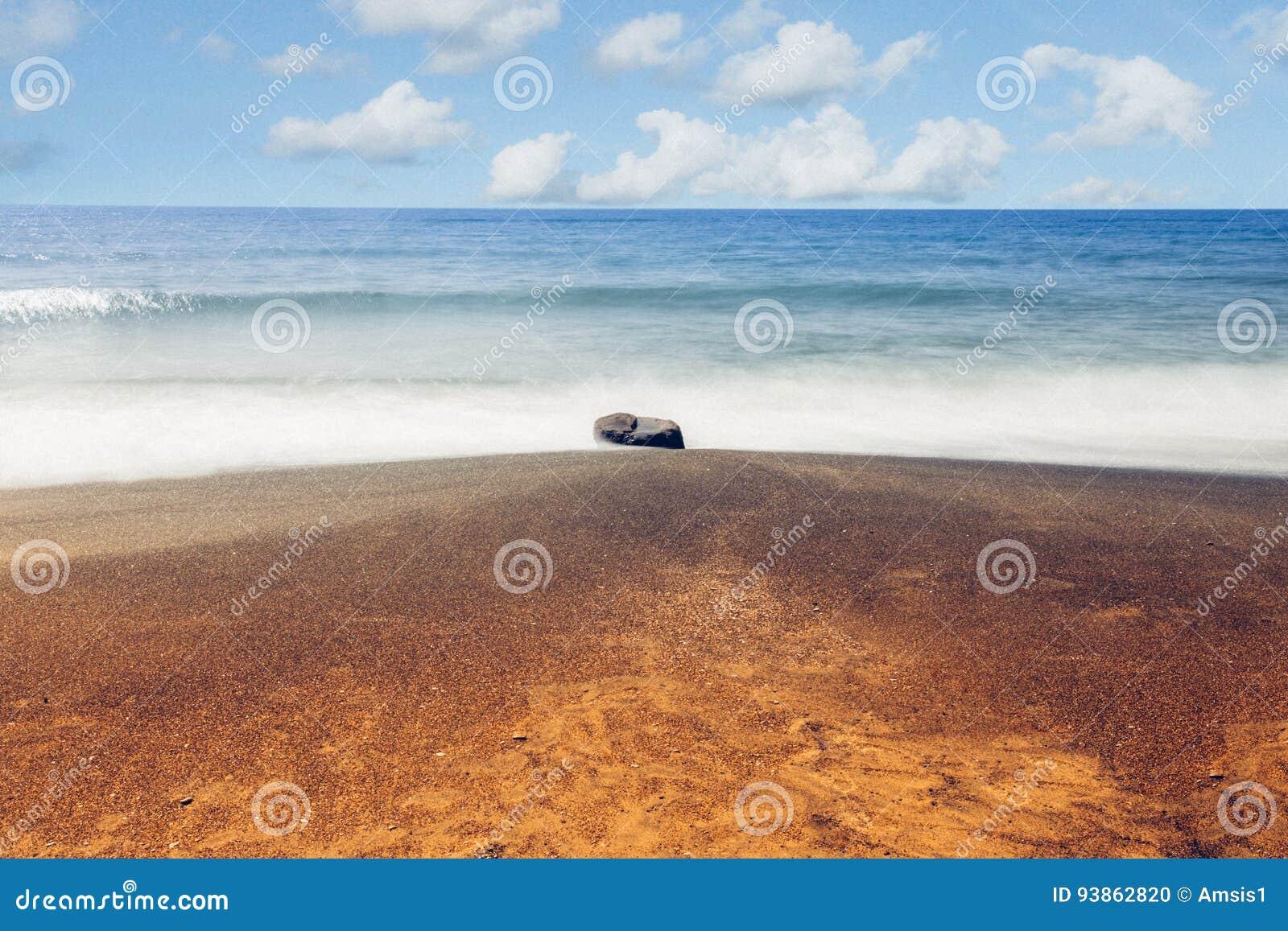 Тряхните, seascape пляжа моря золотой и песка выдержка длиной