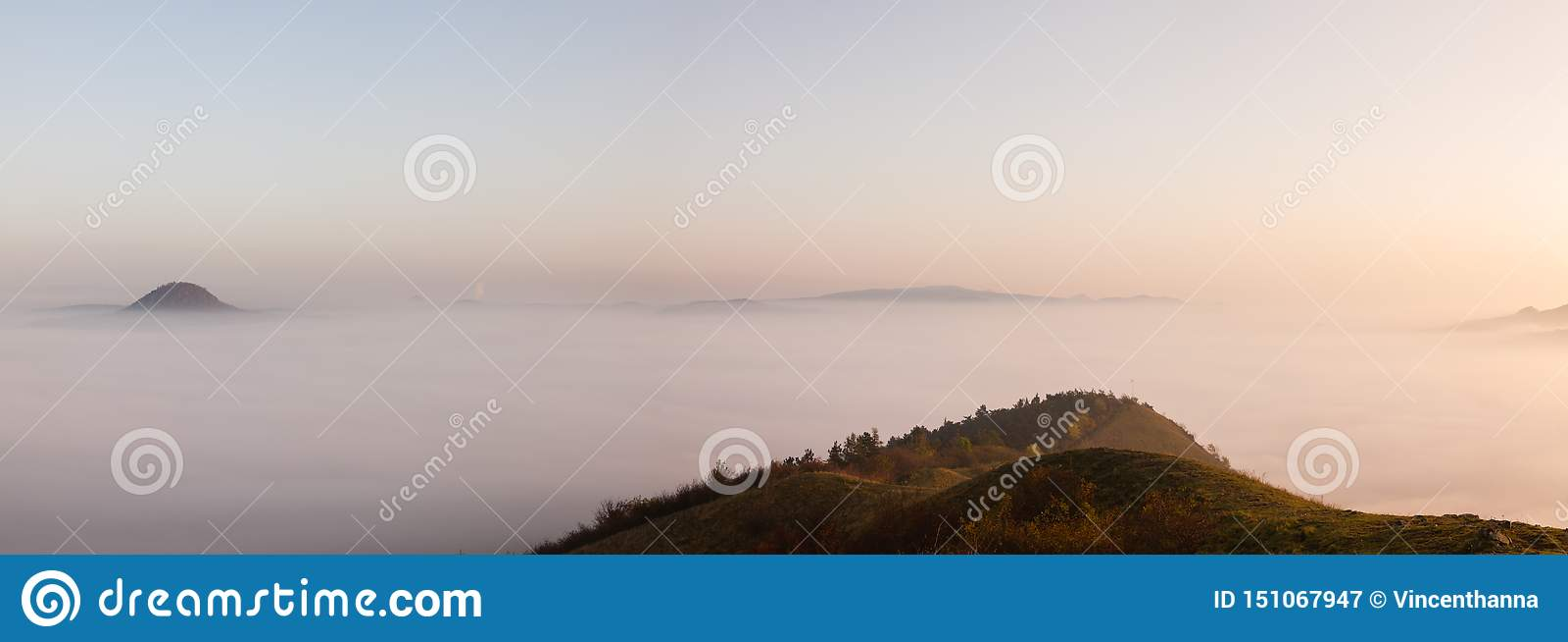 Туманное утро в центральных богемских гористых местностях, чехия