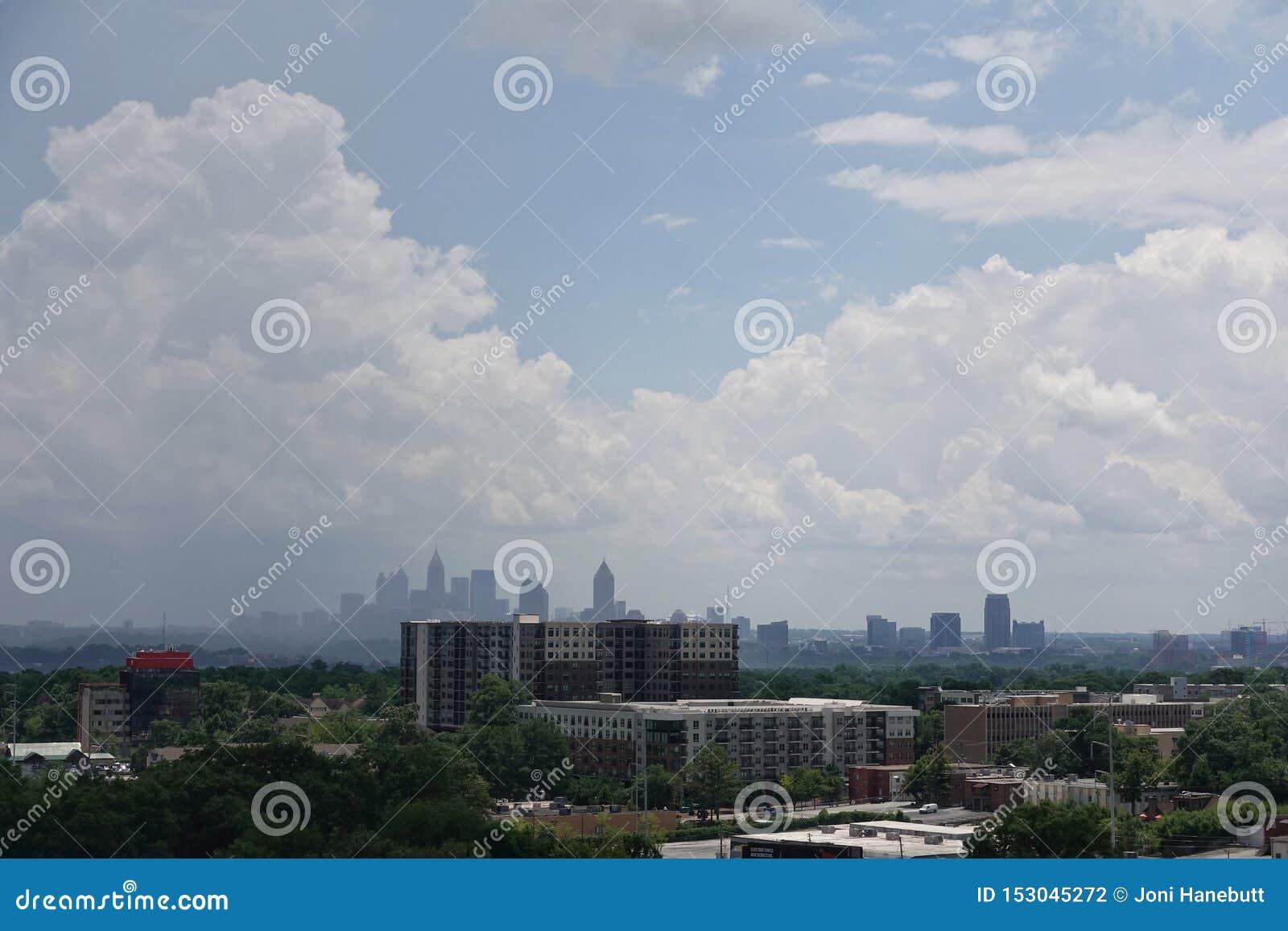 Туманный взгляд горизонта Атланта, Грузии