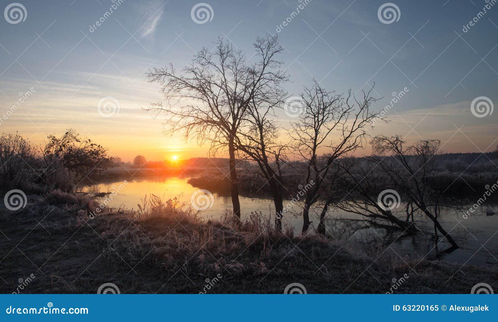 Туманный восход солнца осени