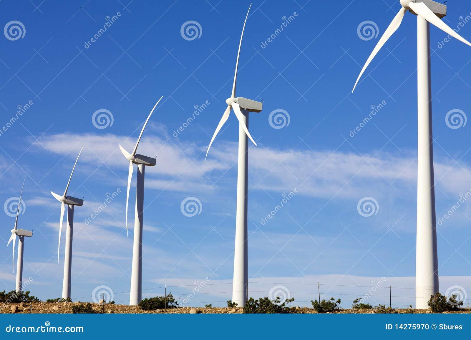 турбины фермы альтернативной энергии обматывают ветрянку
