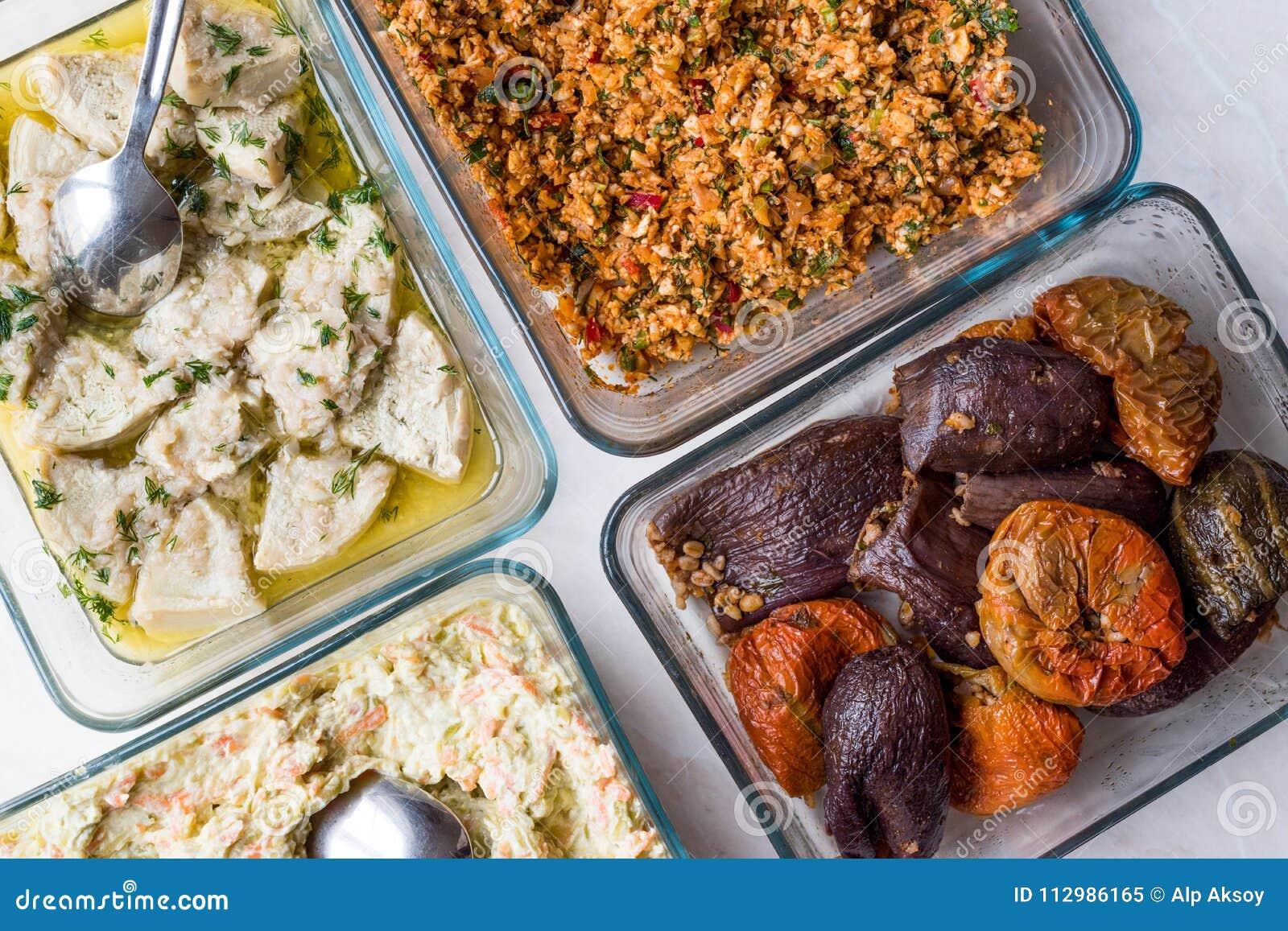 Турецкая еда с оливковым маслом Kisir, Dolma, артишоком, обширными фасолями и салатом моркови с югуртом