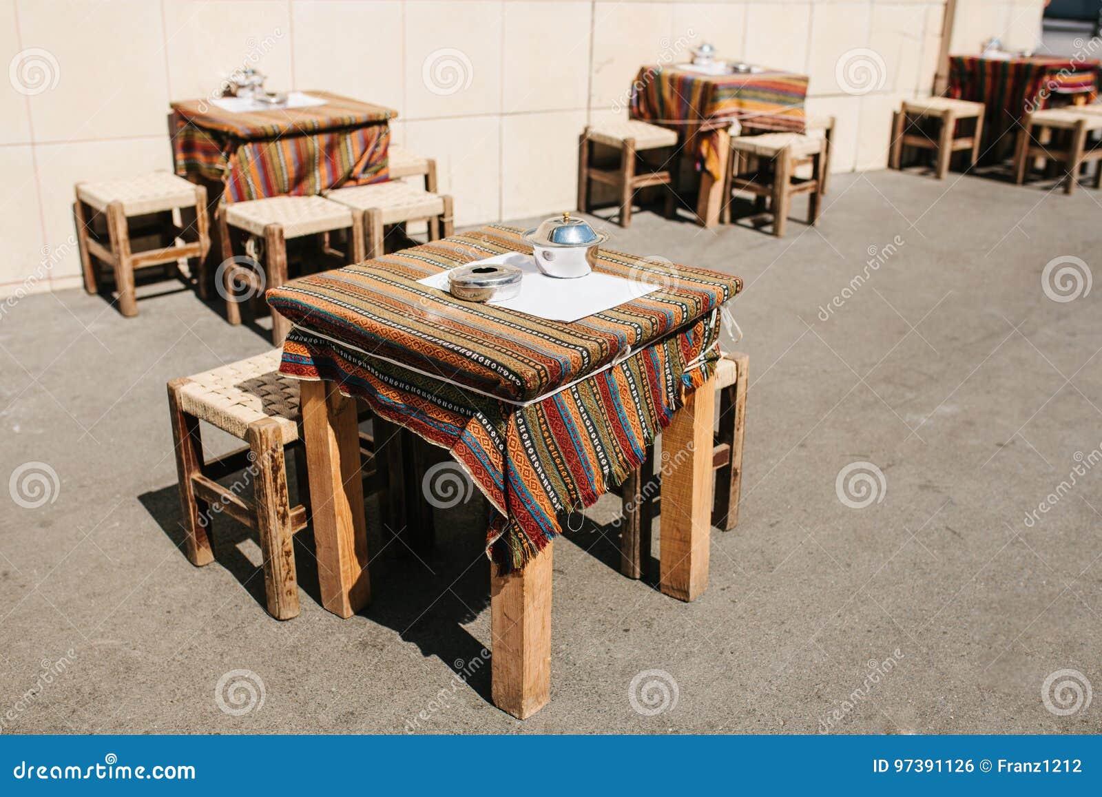 турецкие кофе улицы улицы в стамбуле деревянные столы и стулья стоят