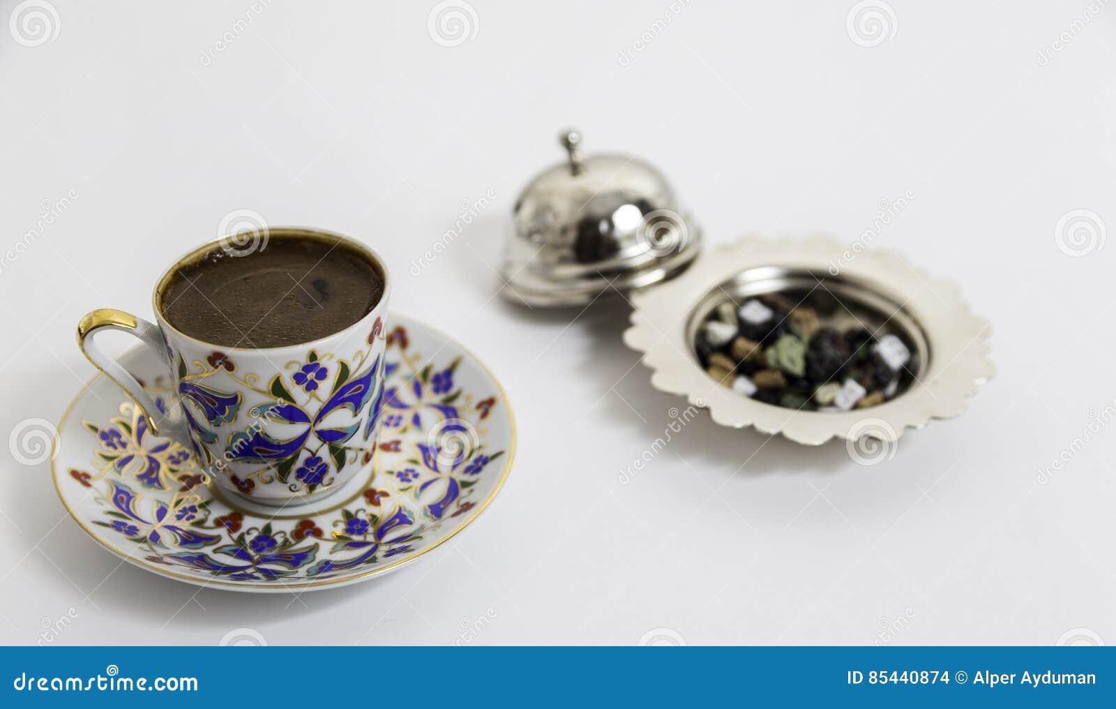 Турецкий кофе с малым шоколадом с подлинной чашкой