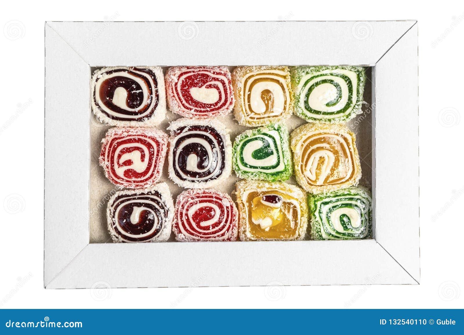 Турецкое наслаждение в коробке изолированной на белой предпосылке Сладкие конфеты в коробке Текстура конфеты