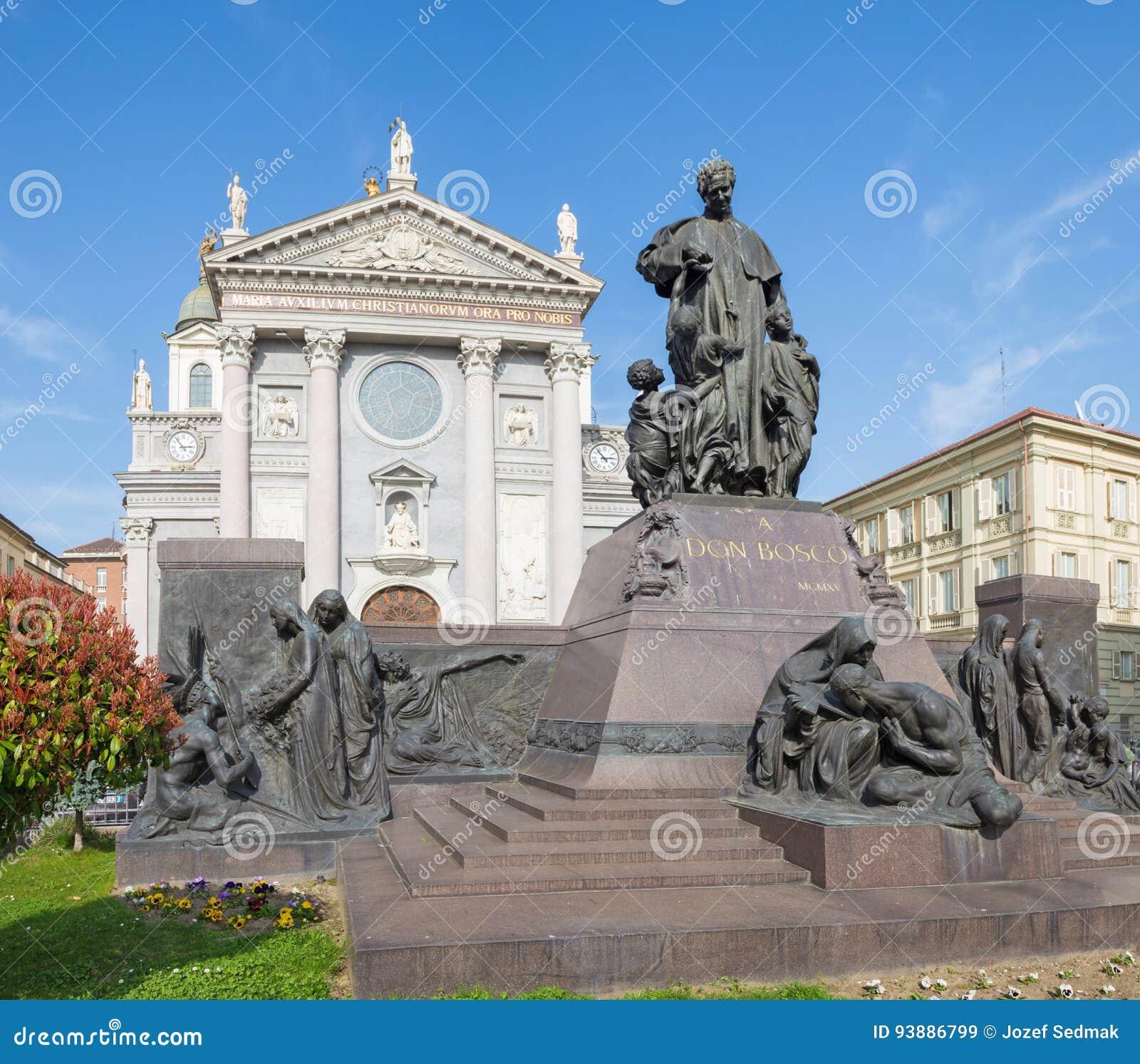 ТУРИН, ИТАЛИЯ - 15-ОЕ МАРТА 2017: Статуя Дон Bosco основатель Salesians перед базиликой Марией Ausilatrice