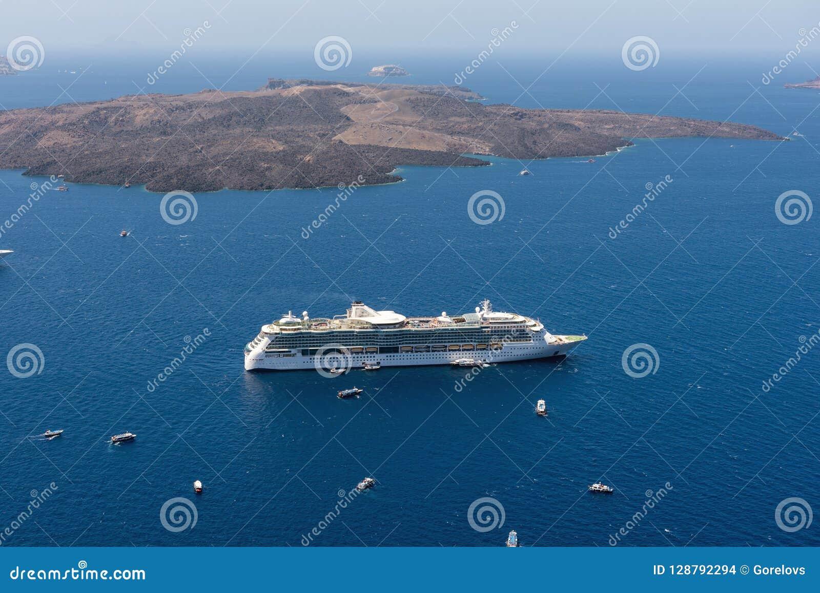 Туристические судна остаются причалили в вулканической кальдере острова Santorini, Греции