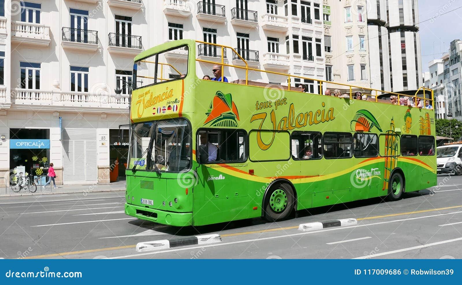 Туристический автобус города Валенсии в улицах Валенсии