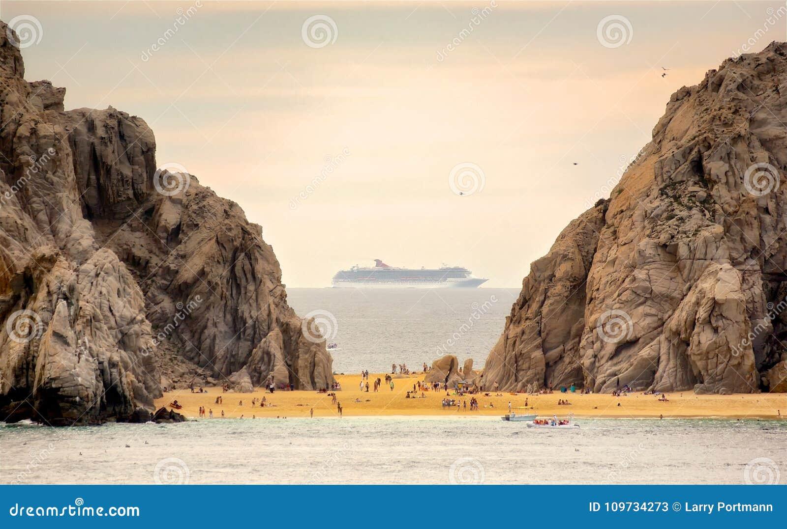 Туристическое судно покидая Cabo San Lucas