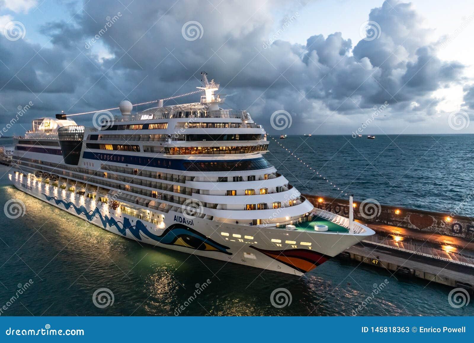 Туристическое судно Sol AIDAsol Aida на порте порта круиза Civitavecchia/Рима в Италии