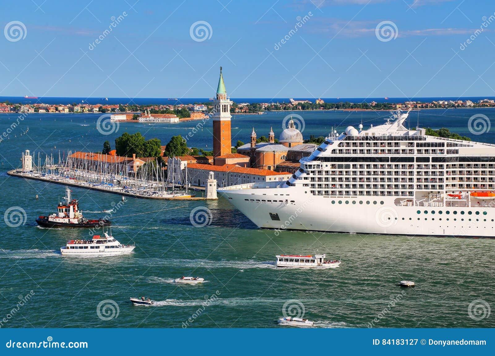 Туристическое судно двигая через канал Сан Marco в Венеции, Италии