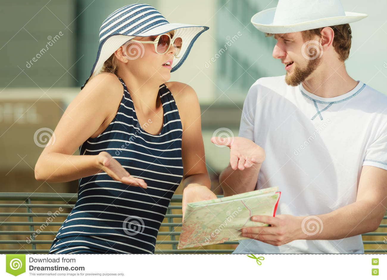 Download Туристские пары в городе смотря вверх направления на карте Стоковое Фото - изображение насчитывающей ванта, молодо: 72276328