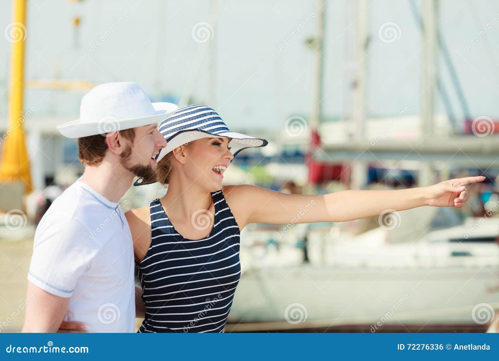 Download Туристские пары в Марине против яхт в порте Стоковое Фото - изображение насчитывающей море, перемещать: 72276336