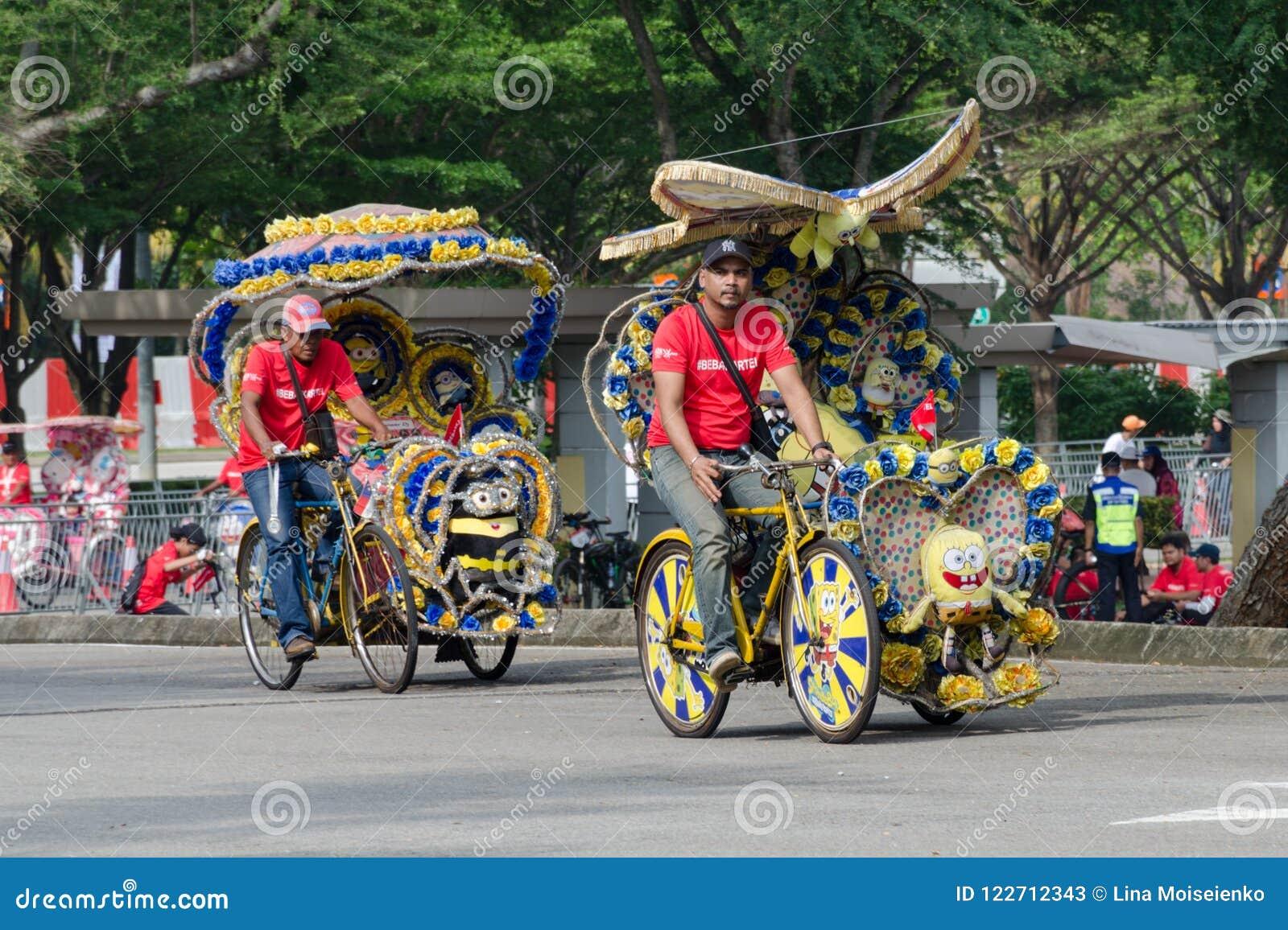 Туристские развлечения - trishaw на его подгонянном переходе трицикла, ярко украшенном с шаржем и цветками ` s детей