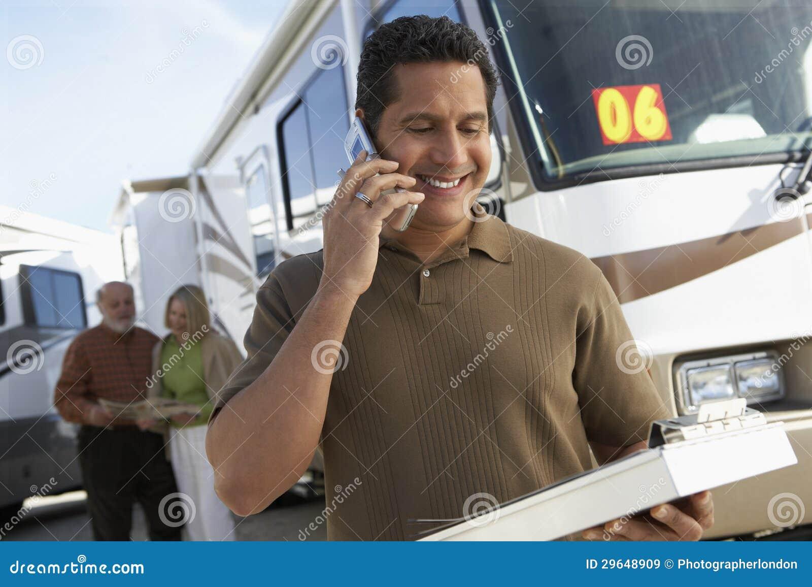 Туристский направляющий выступ говоря на телефоне