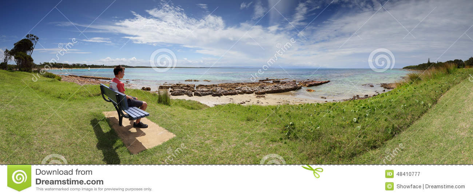 Туристский посетитель восхищая пляж Австралию Currarong взглядов
