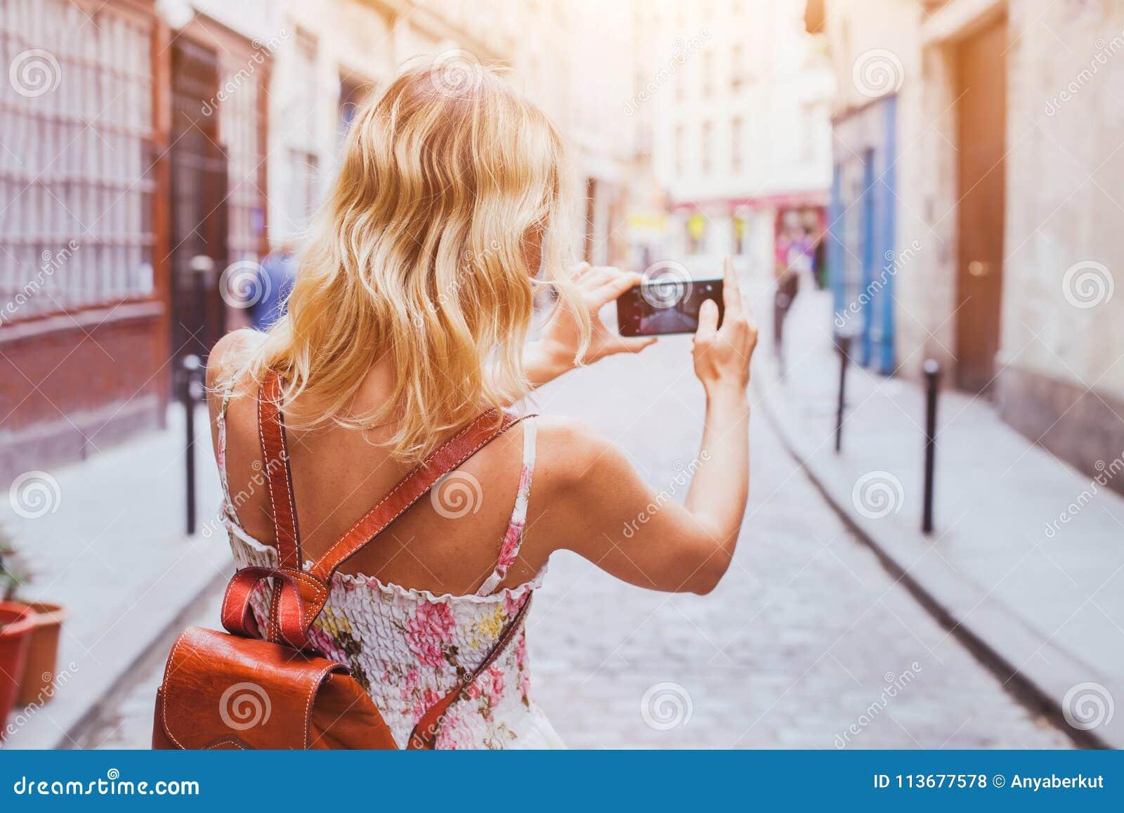 Туристское принимая фото на улице, туризме и перемещении