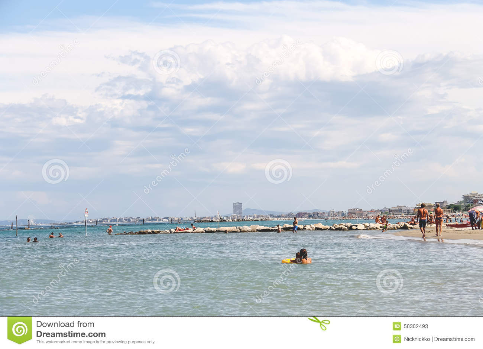 Туристы загорают на пляже в Марине Bellaria Igea, Римини