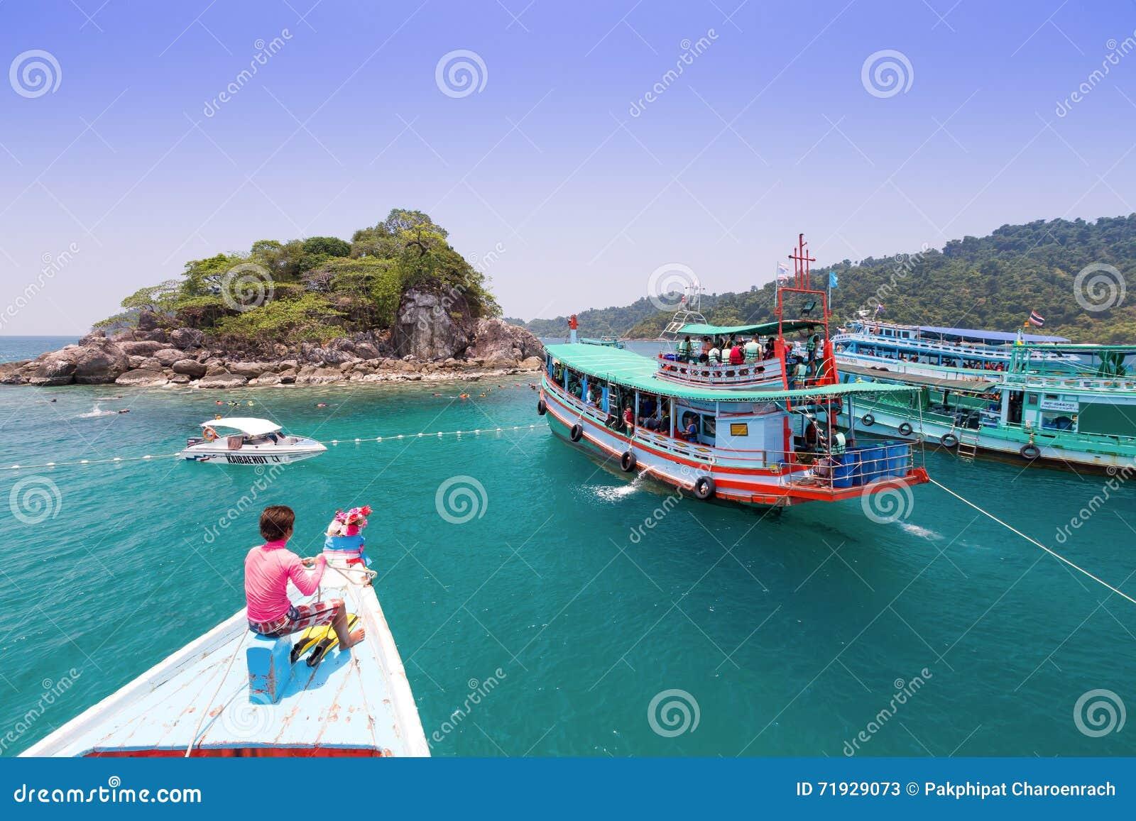 Туристы наслаждаются snorkeling под водой