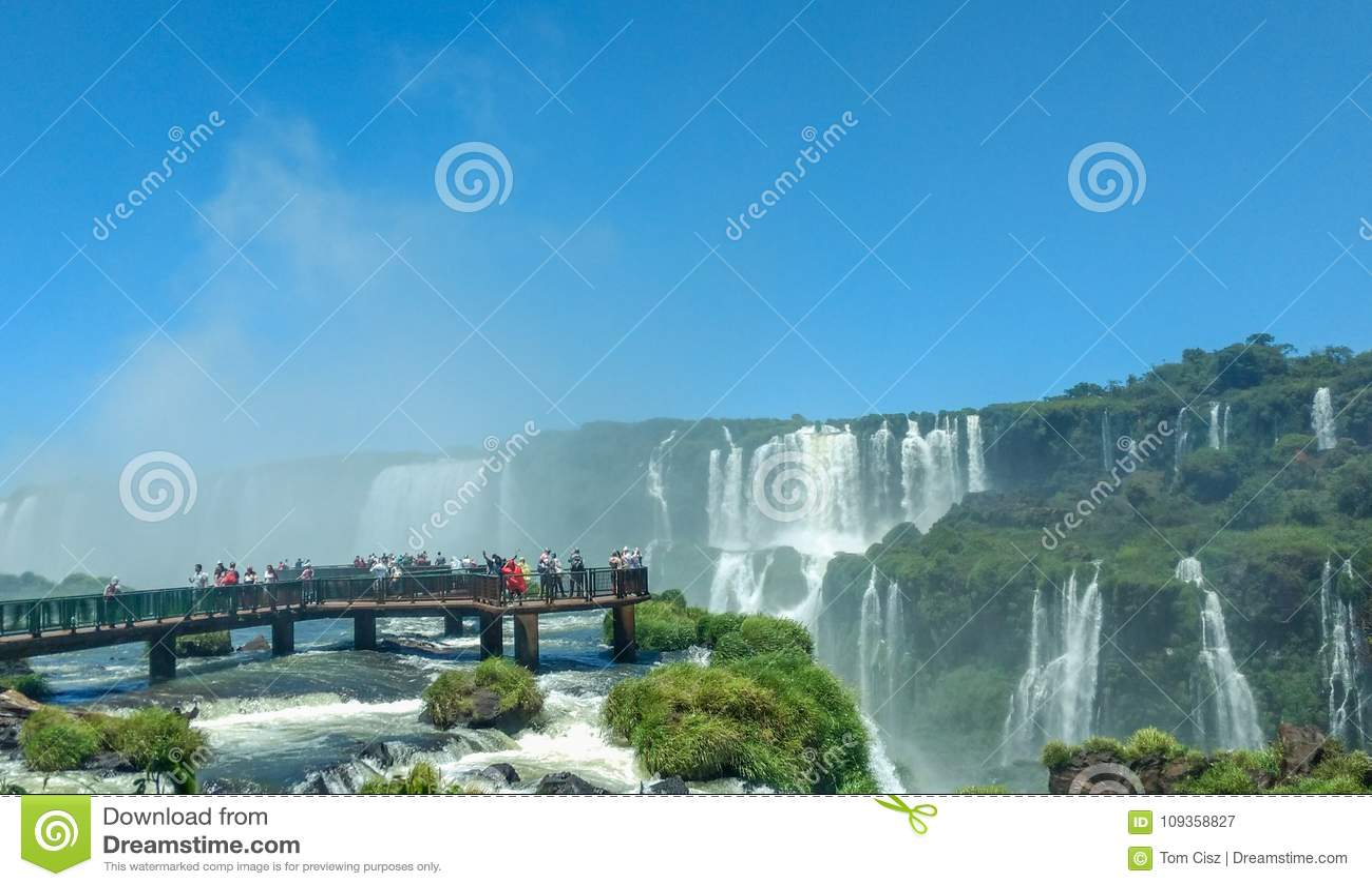 Туристы на Игуазу Фаллс, одном из интересов ` s мира больших естественных, на границе Бразилии и Аргентины