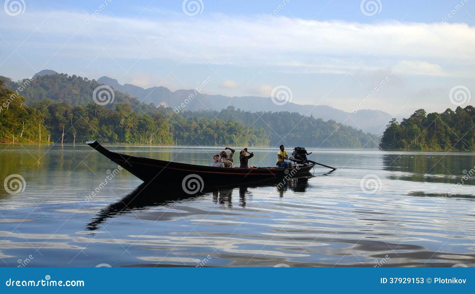 Туристы на шлюпке на озере Lan Cheow.